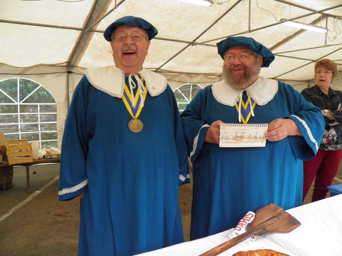 À droite, Patrick Gautier, Grand Maitre de la Confrérie du chausson aux pommes de Saint-Calais.