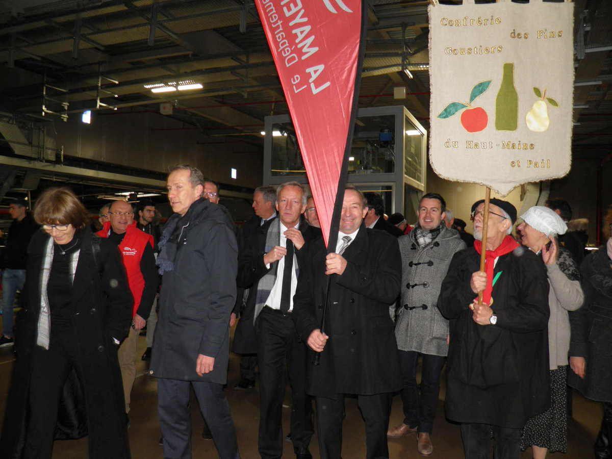 Les Fins Goustiers et leur bannière à la tête de la délégation Mayennaise.
