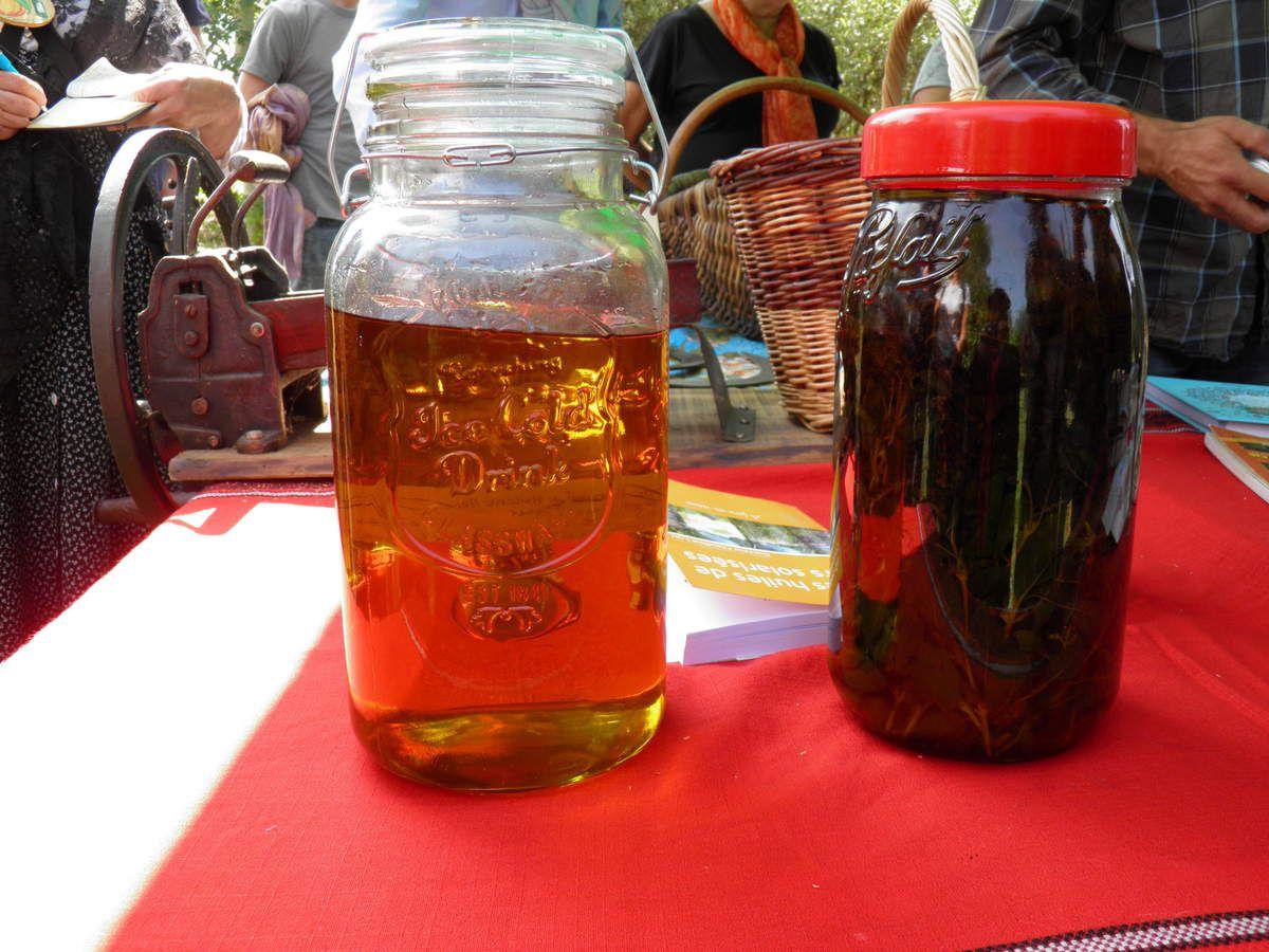 À gauche, un bocal d'huile filtrée.