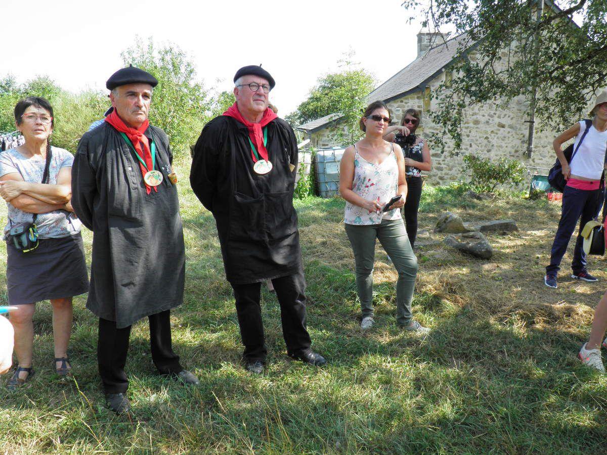 À droite des Fins Goustiers, Hélène Leloup, de l'Office de tourisme du mont des Avaloirs. Derrière elle, à la caméra, Charlotte Belhache, responsable de communication à la Communauté de communes du mont des Avaloirs.
