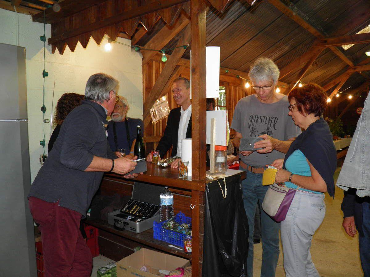 Guillaume Garot au bar, en dicussion avec Francis Meunier, président des Amis de Sainte-Anne.