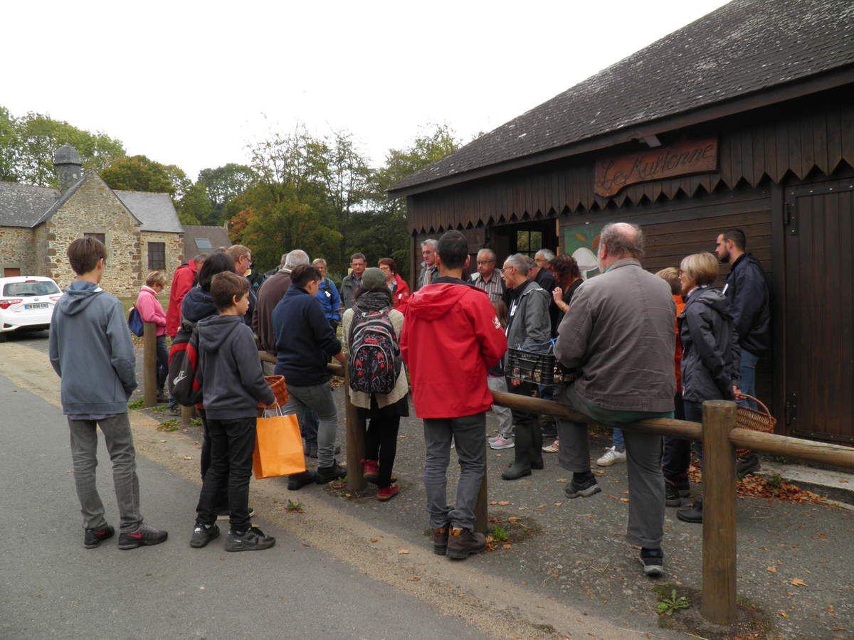 Les participants écoutent les explicartions des mycologues avant le départ de l'excursion du dimanche.