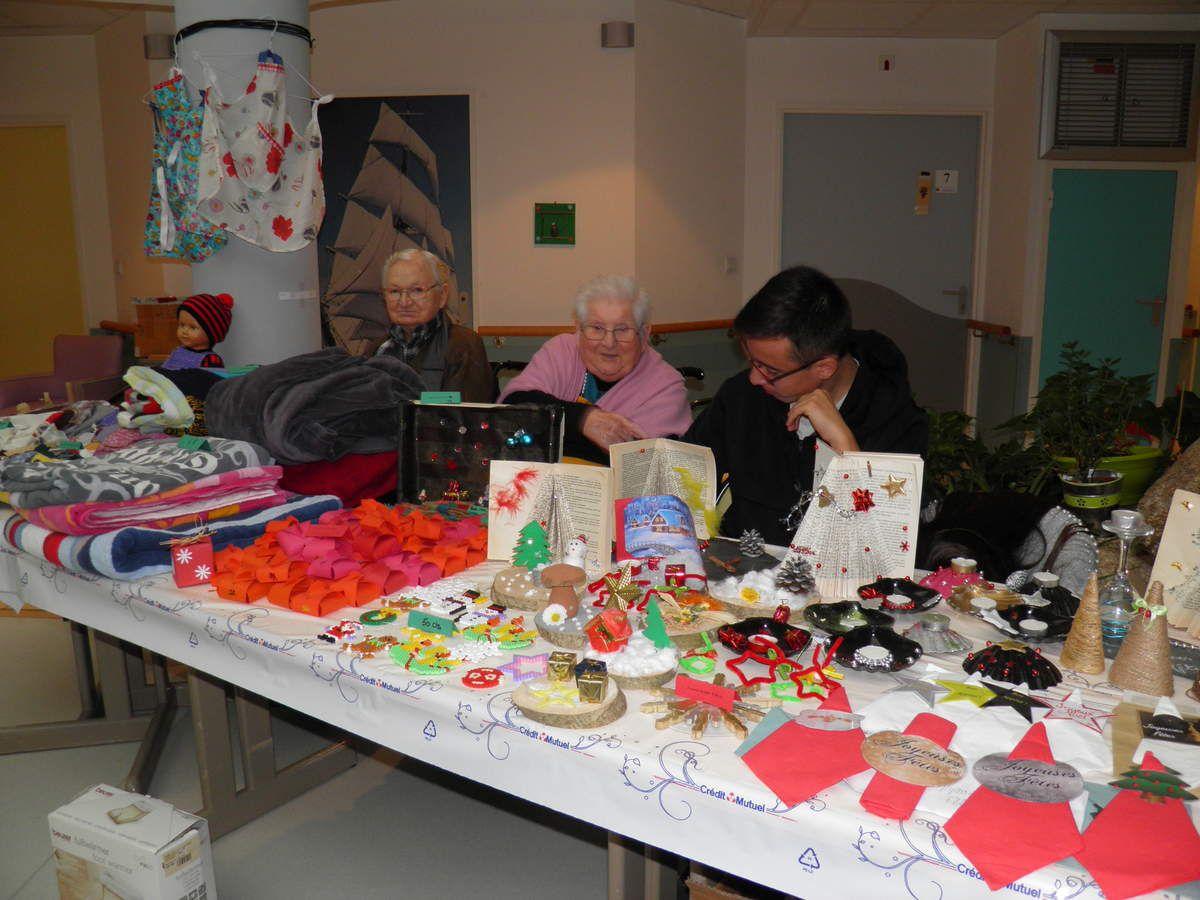 Le stand des décorations de Noël et objets divers fabriquées par les résidents.