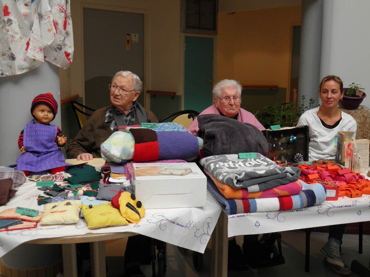 Le stand des objets fabriqués par les résidents. À droite, Mélanie Pézard, présidente de l'association « Vie l'Âge ».