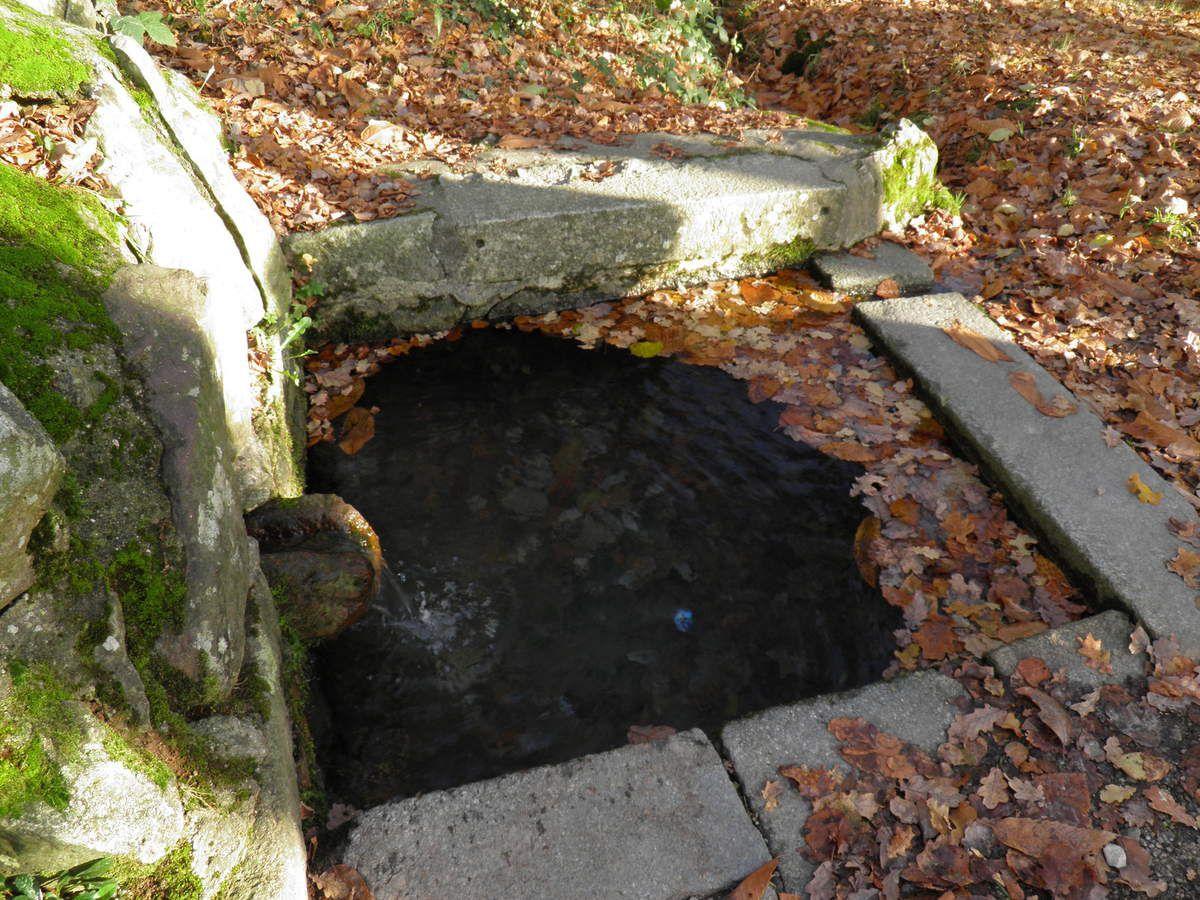 Le sentier passe par la fontaine du Bélier.