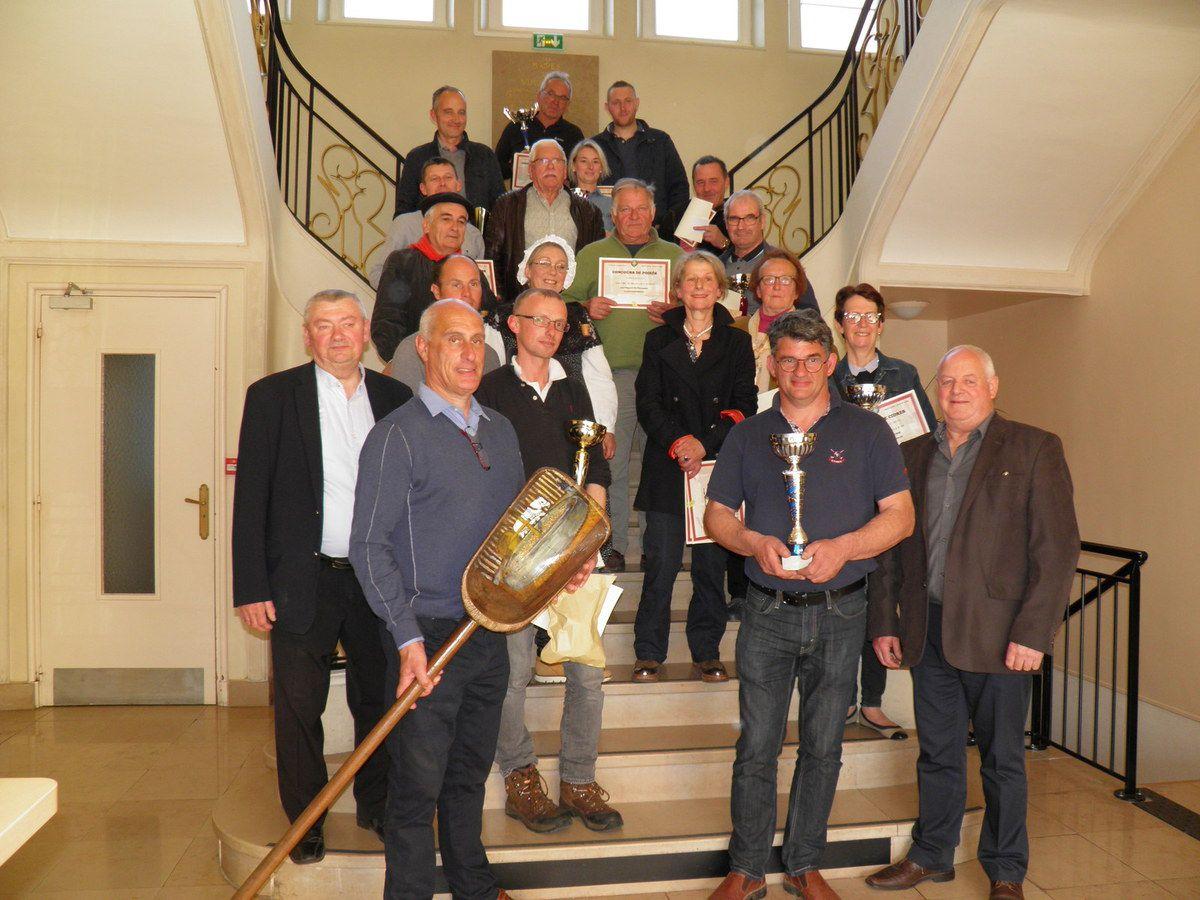 Les lauréats, les organisateurs du concours et les Fins Goustiers dans l'escalier d'honneur de la mairie de Vimoutiers.