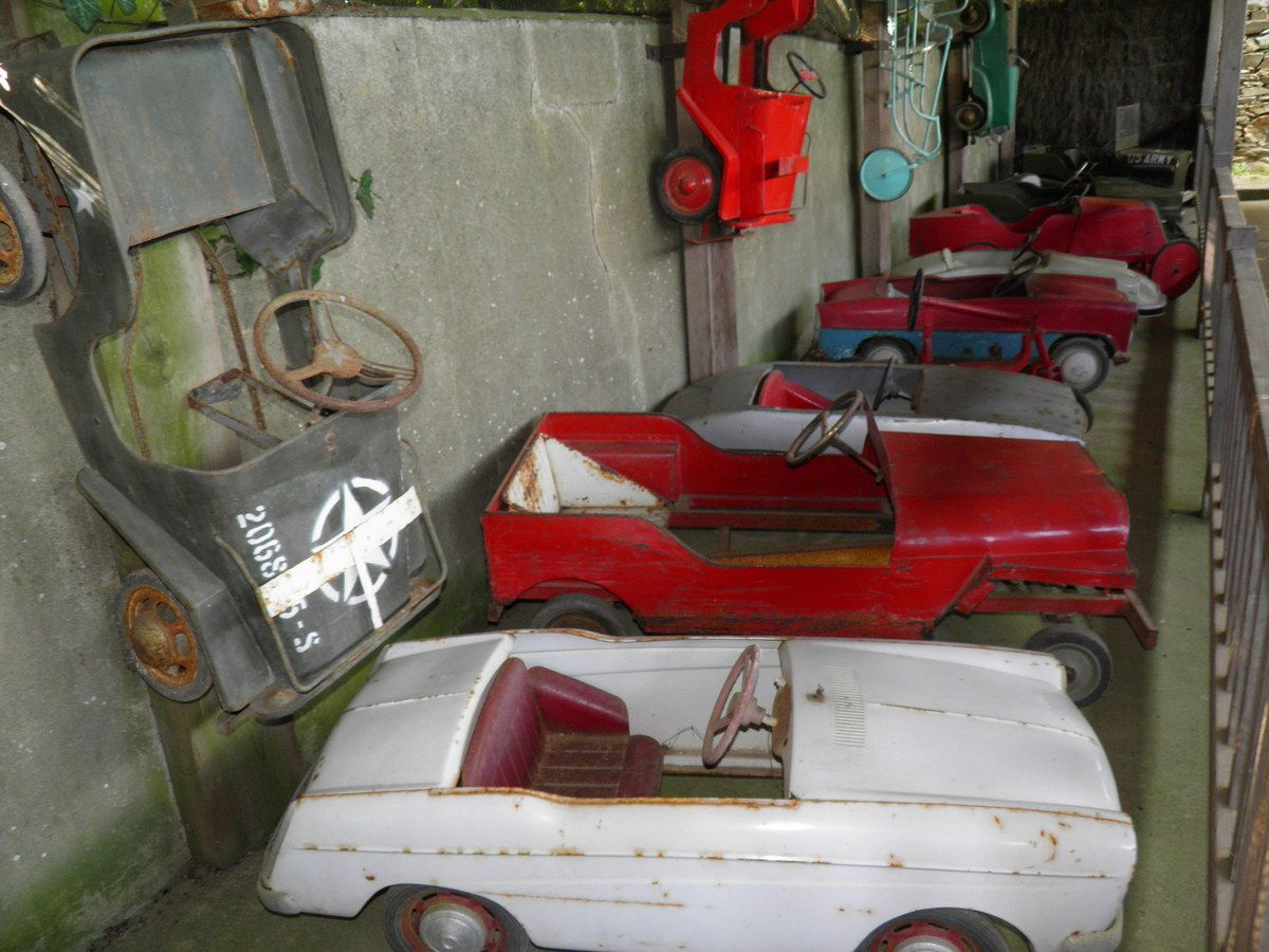 Une collection de voitures à pédales.