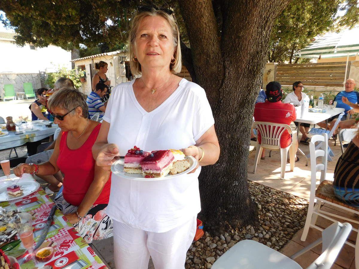 Hélène avec ses gâteaux  et  comme vous pouvez  voir les parts  n' étaient pas petites .Oh!La gourmande
