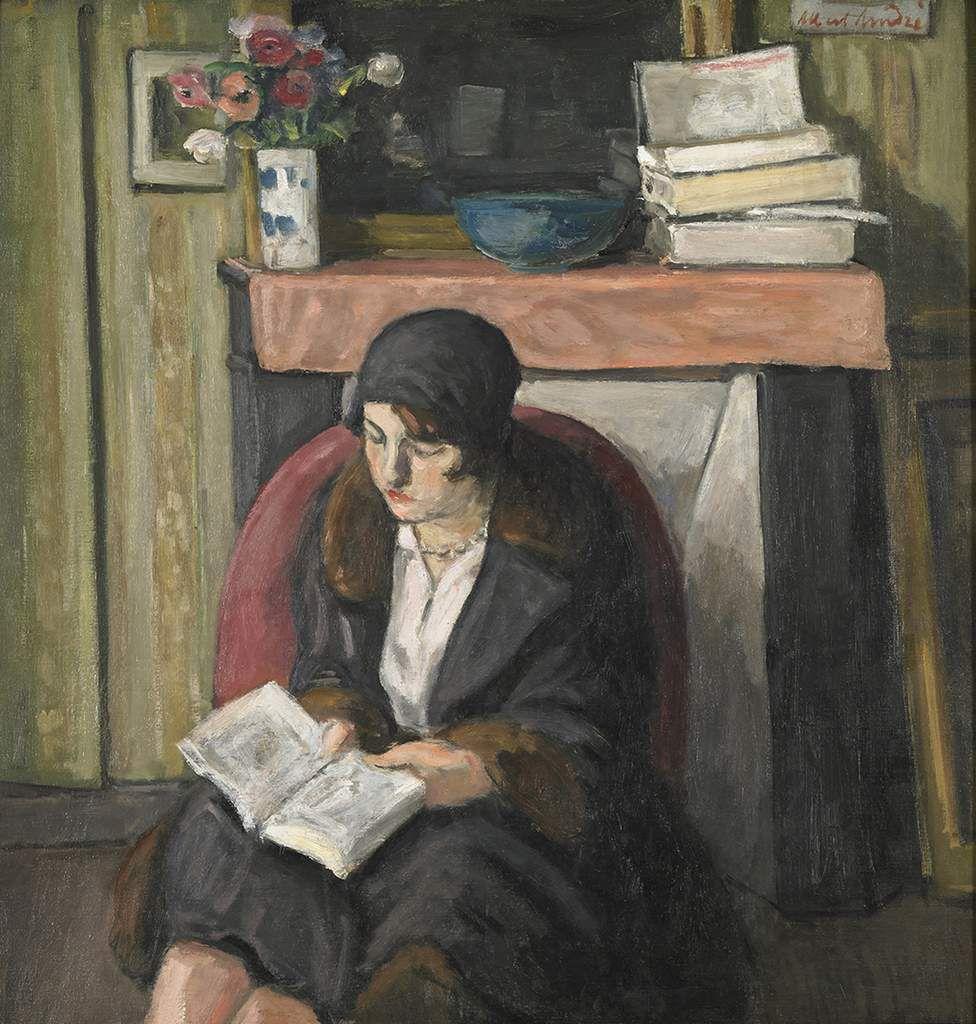 Lya lisant devant la cheminée