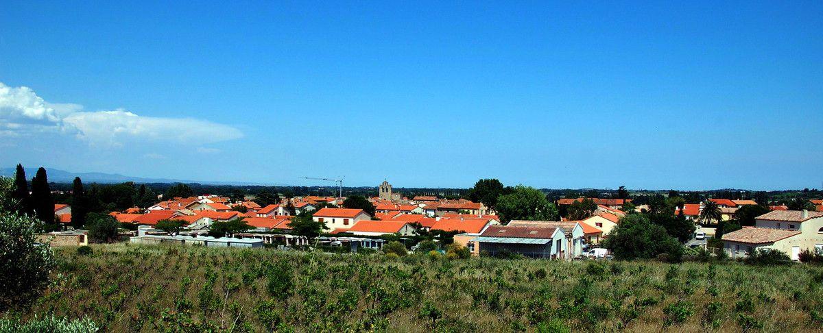 Voici la ville de Llupia sous un ciel bleu azur.