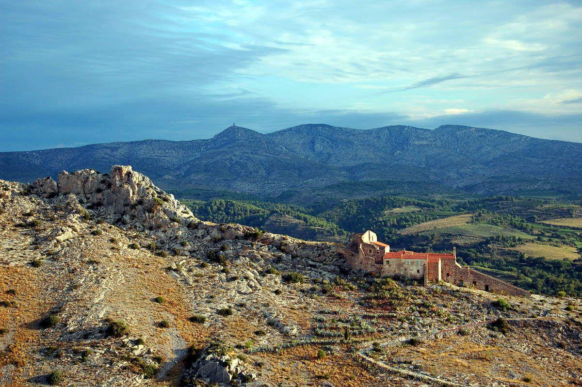 Gros plan sur l'ermitage et derrière la tour de Tautavel.