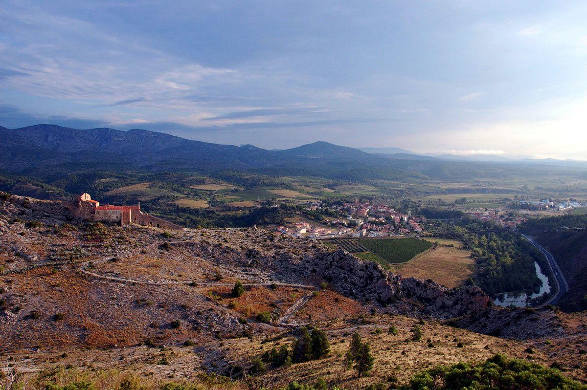 Un paysage sur Cases de Pène et l'ermitage.