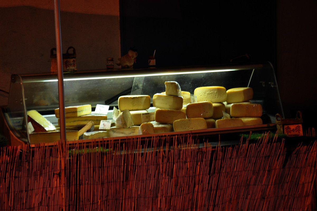 Les fromages sont dans la lumière.