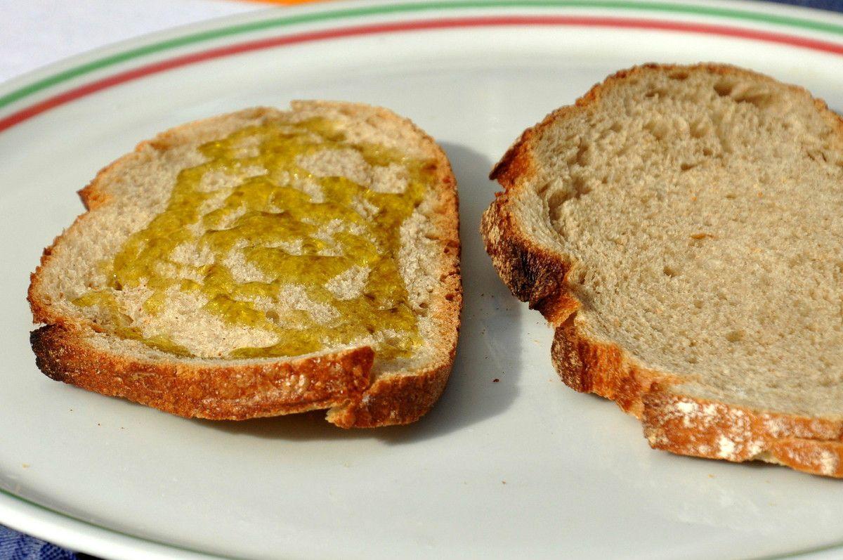 Le pain et l'huile pour une dégustation.