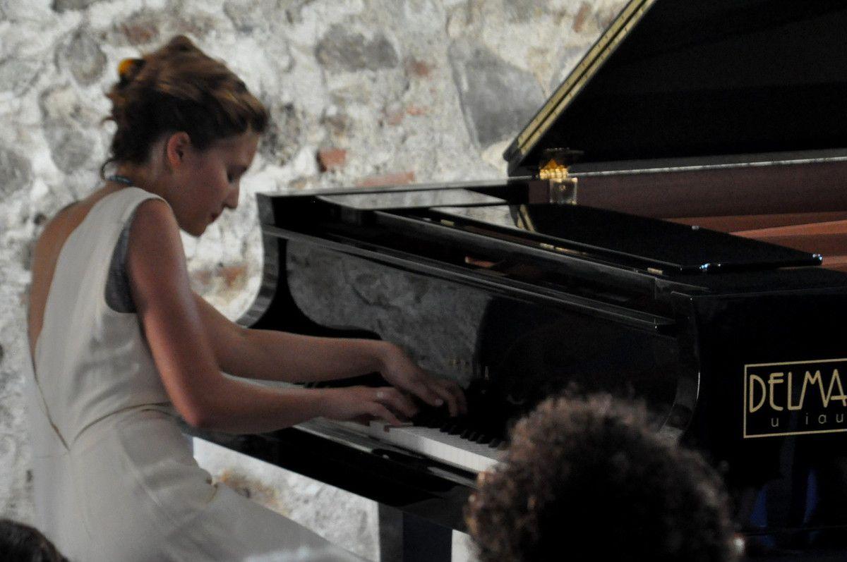 Pour moi qui ne sait pas jouer du piano, regarder la vitesse des mains, est une merveille.