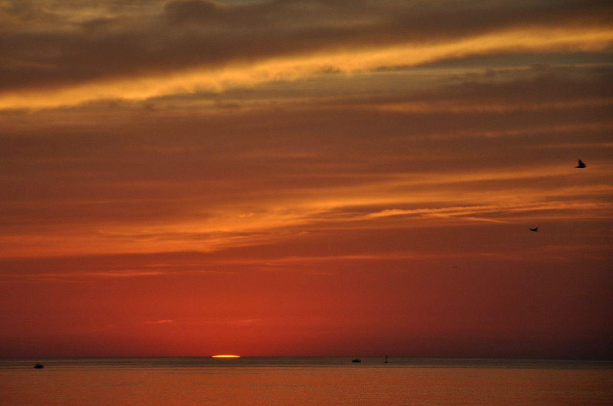 Un soleil et deux lignes dans le ciel.