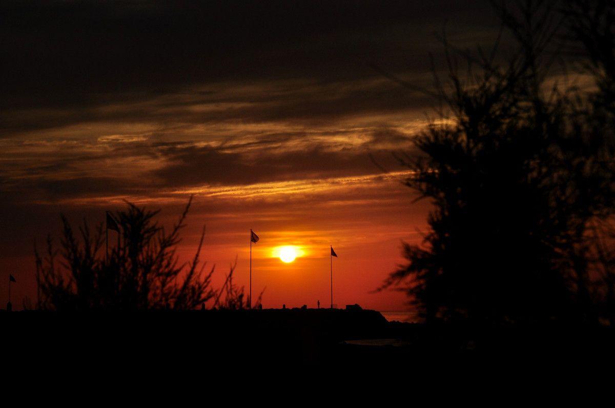Au parking le soleil se lève.