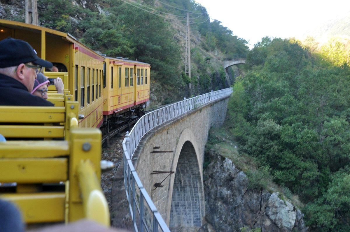 Un pont et en bas c'est ligne droite dans le vide.