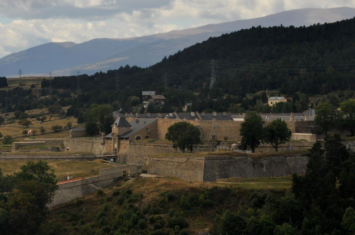 Gros plan sur l'entrée de la citadelle.