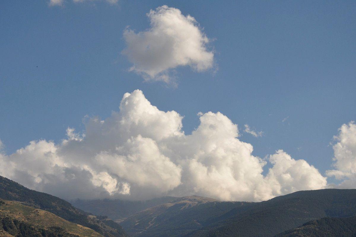 Montagne et nuages.