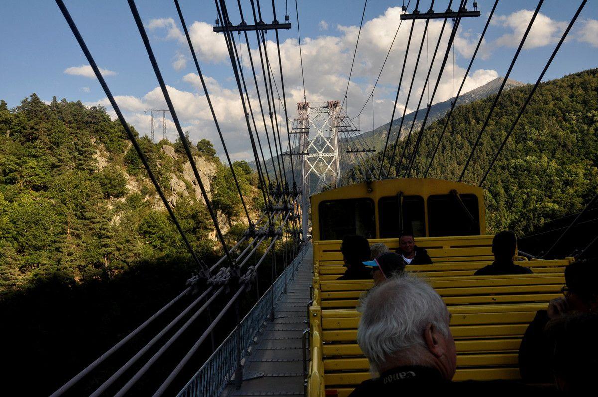 Au milieu du pont.