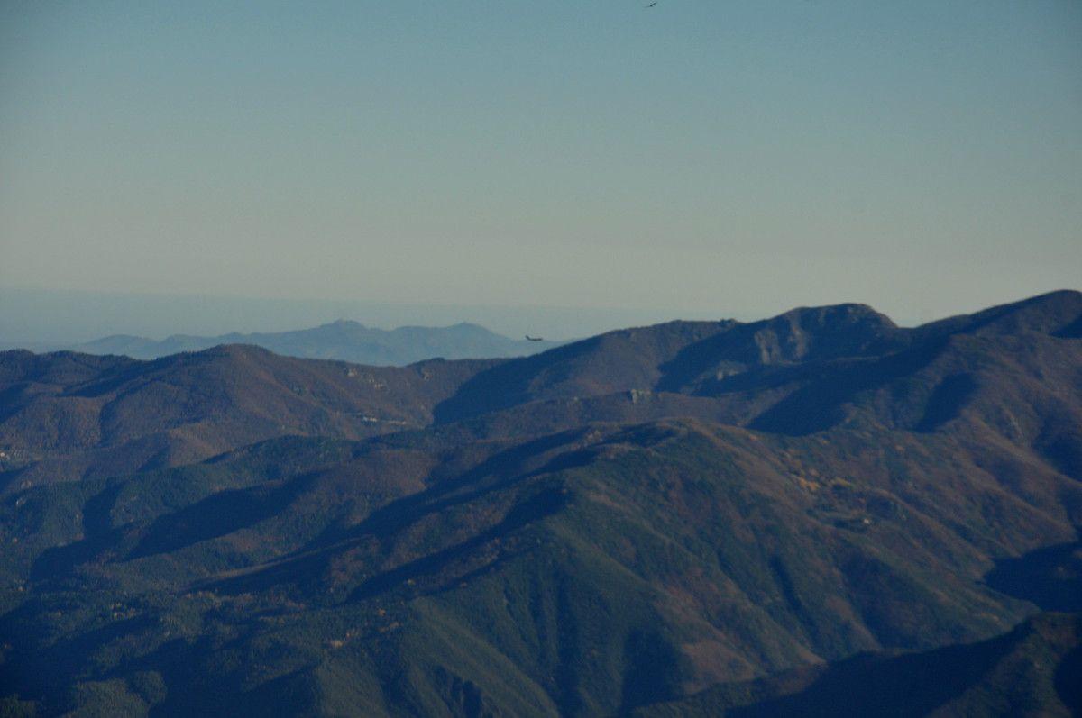 Un p'tit avion pas si petit mais encore loin dans ce paysage de montagne.