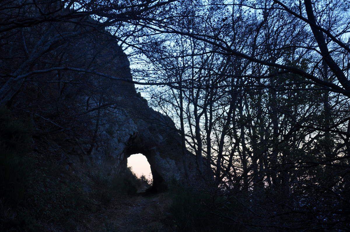 C'est que la nuit tombe vite, passage sous le petit tunnel.