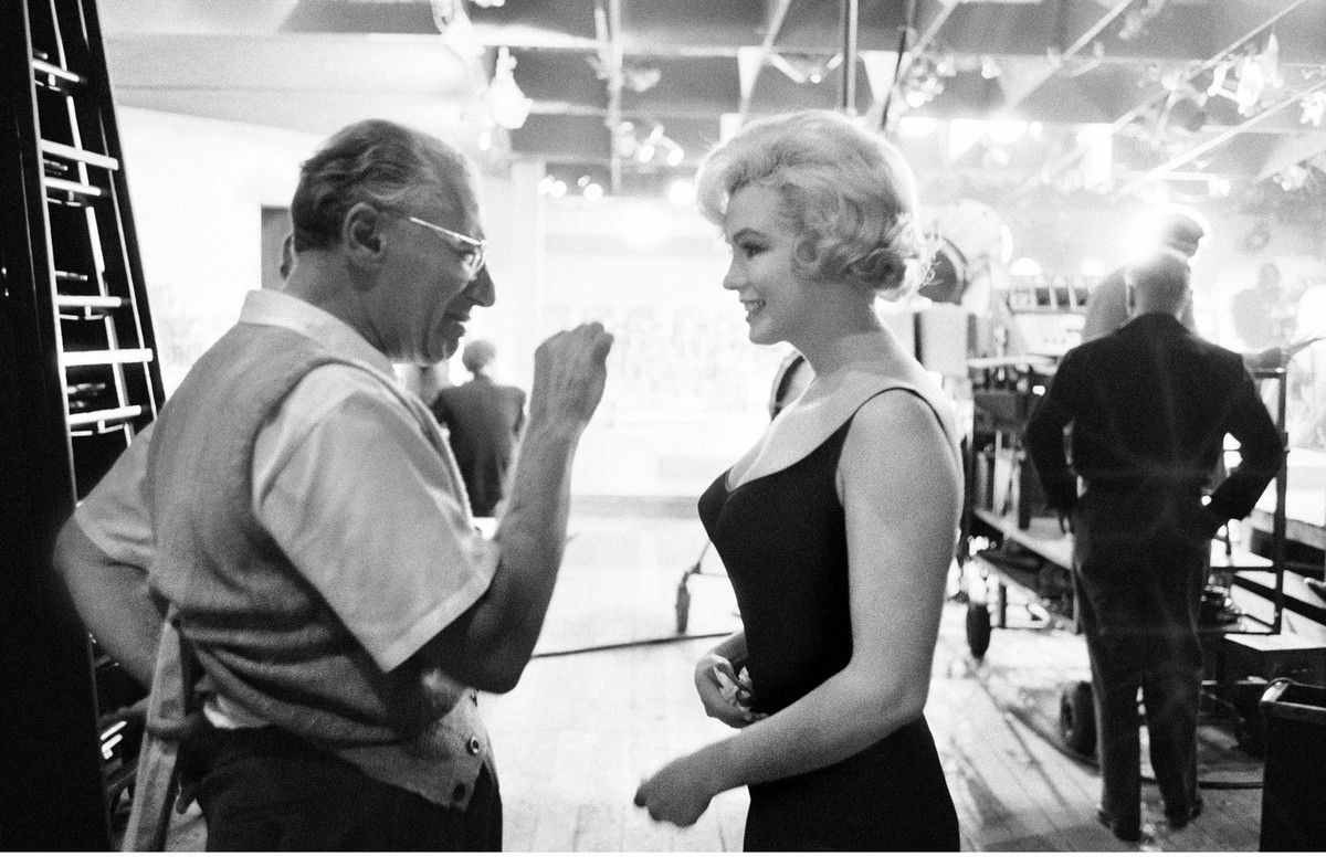 Marilyn Monroe listens to director George Cukor , Hollywood, 1960 -®-á Bob Willoughby