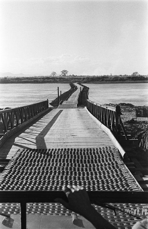 Le départ de l'offensive. 1952 Au coeur de la bataille du Tonkin Le départ de l'offensive. Le pont de bateaux de Hung-Hao, sur le feuve Rouge, départ de l'Opération Lorraine