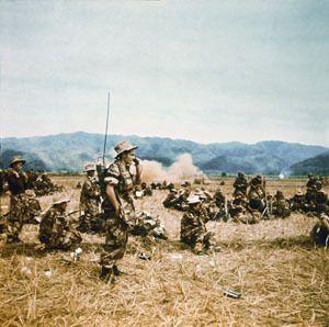 1952- Le colonel Moneglia installe son émetteur radio lors de l'opération -½  Lorraine -