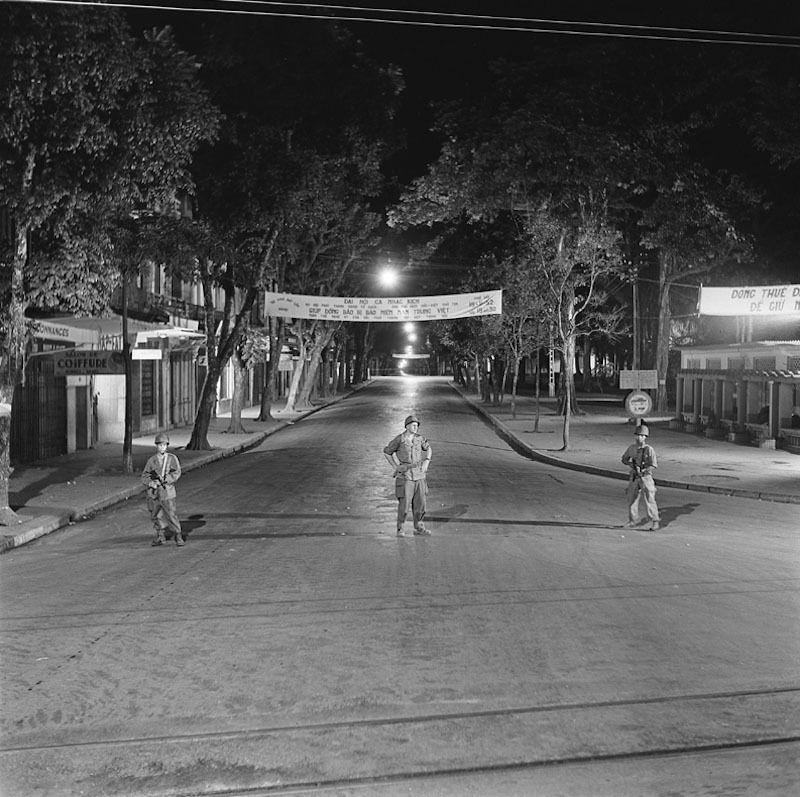 Dans Hanoe en alerte, 1952 Hanoï, couvre-feu, 1952 Dans Hanoï en alerte. Aux carrefours des rues désertes, des soldats veillent, mitraillettes en mains.