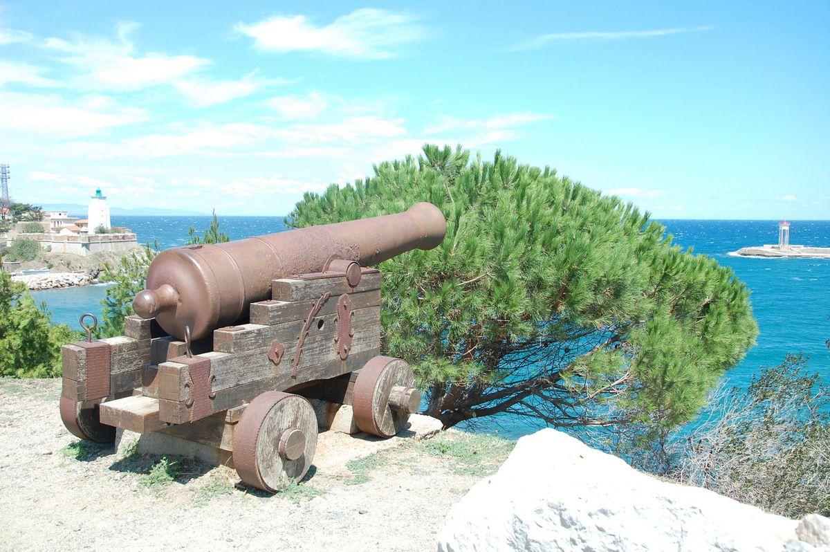 le canon sur la mer.