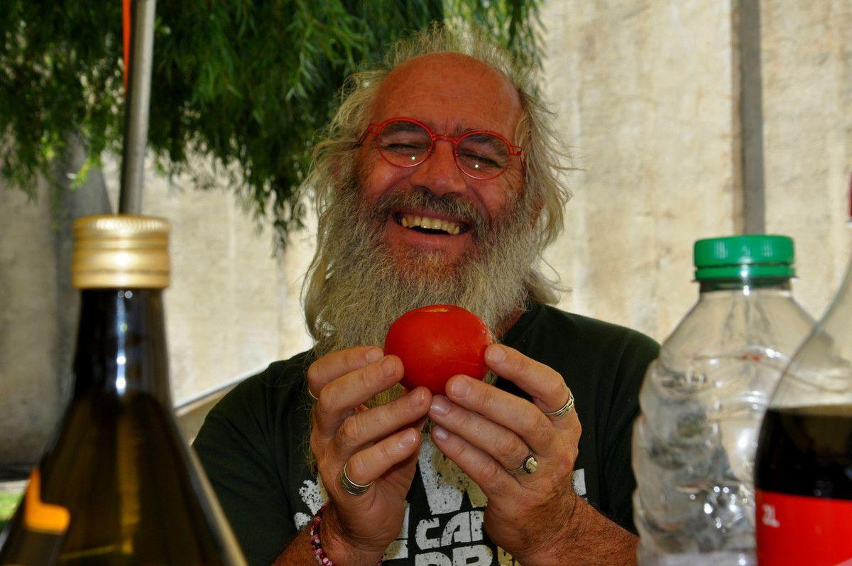 Pendant le repas entre artistes, Trenca Roc et la tomate pierre !