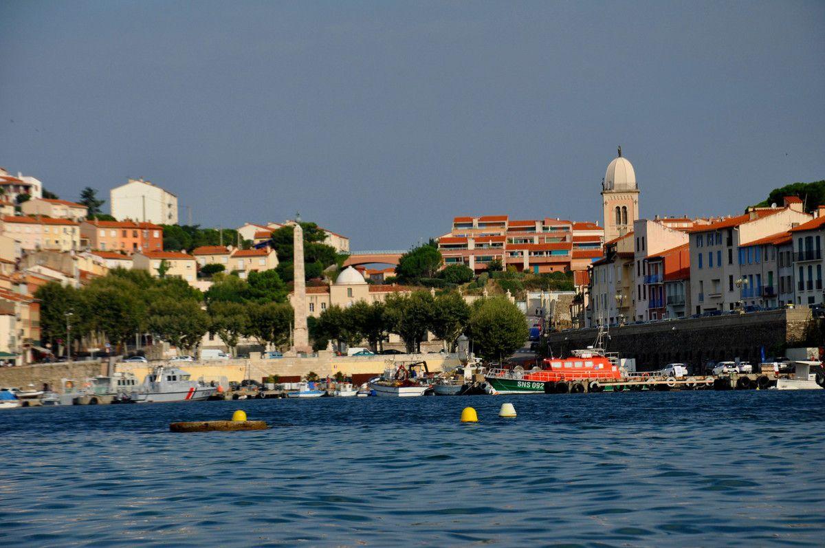 La mer, la ville, et l'exposition droit devant.