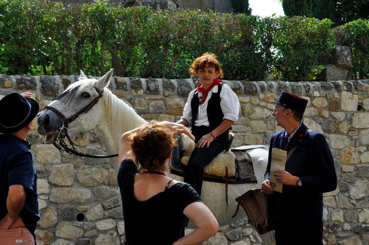 A cheval et le facteur à pied.