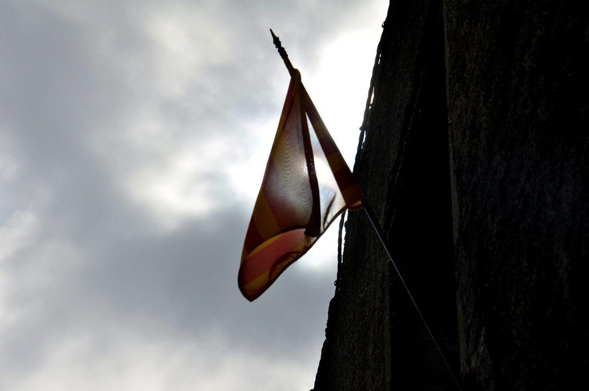 Un petit drapeau qui cache le soleil.