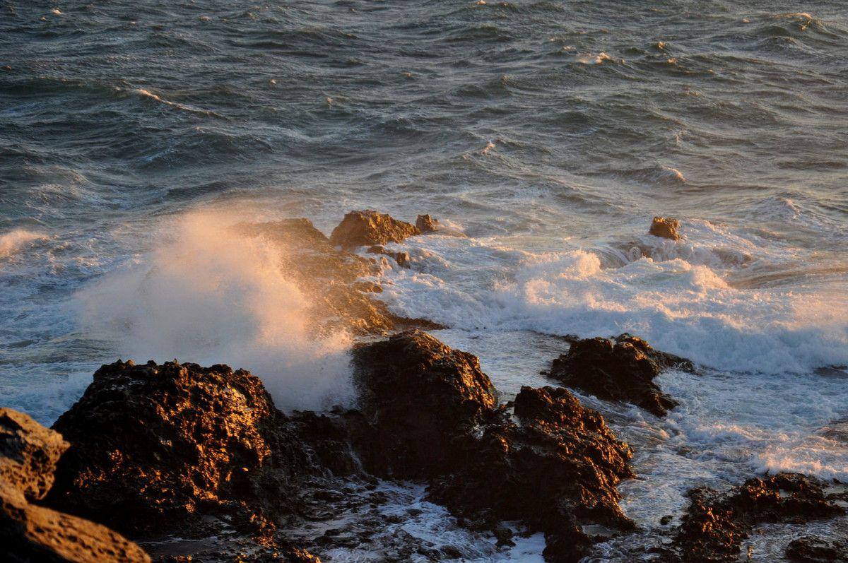 Les vagues sur les rochers.