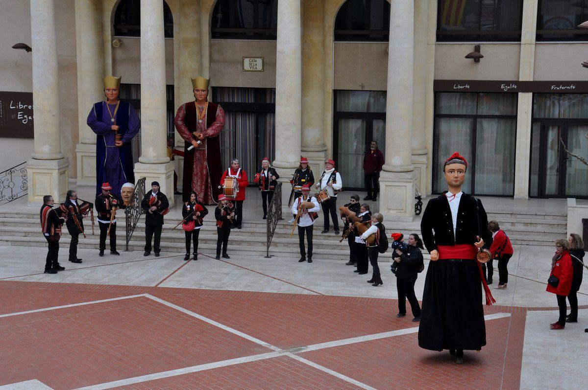 Les geants de Thuir entrent dans la danse, Pour les deux d'Argelès ils sont devant la mairie.