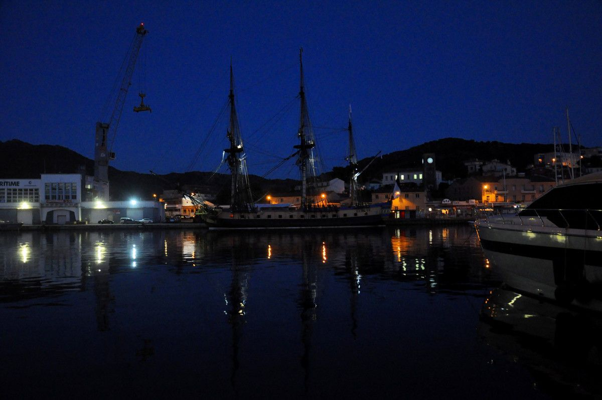Premier arrêt sur le port, première vue direct sur le bateau.