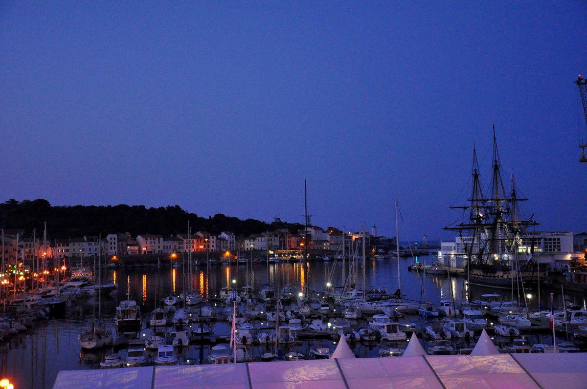 Une vue avec le port.
