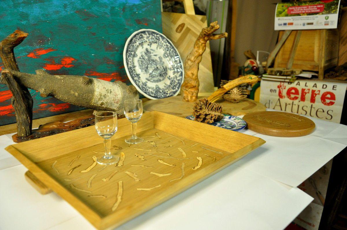 Plateau 4 tasses, présentoir et bouteille, plateau à fromage, dessous de plat, couteau, assiette ...