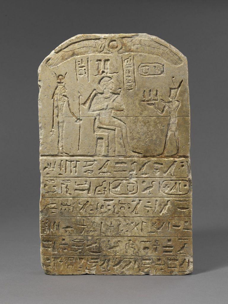 Stèle de donation de terrain au nom de Ankhpakhered Dans le cintre, le roi Nekao II offre le terrain à Osiris et Isis Photo © Musée du Louvre, Dist. RMN-Grand Palais / Christian Decamps