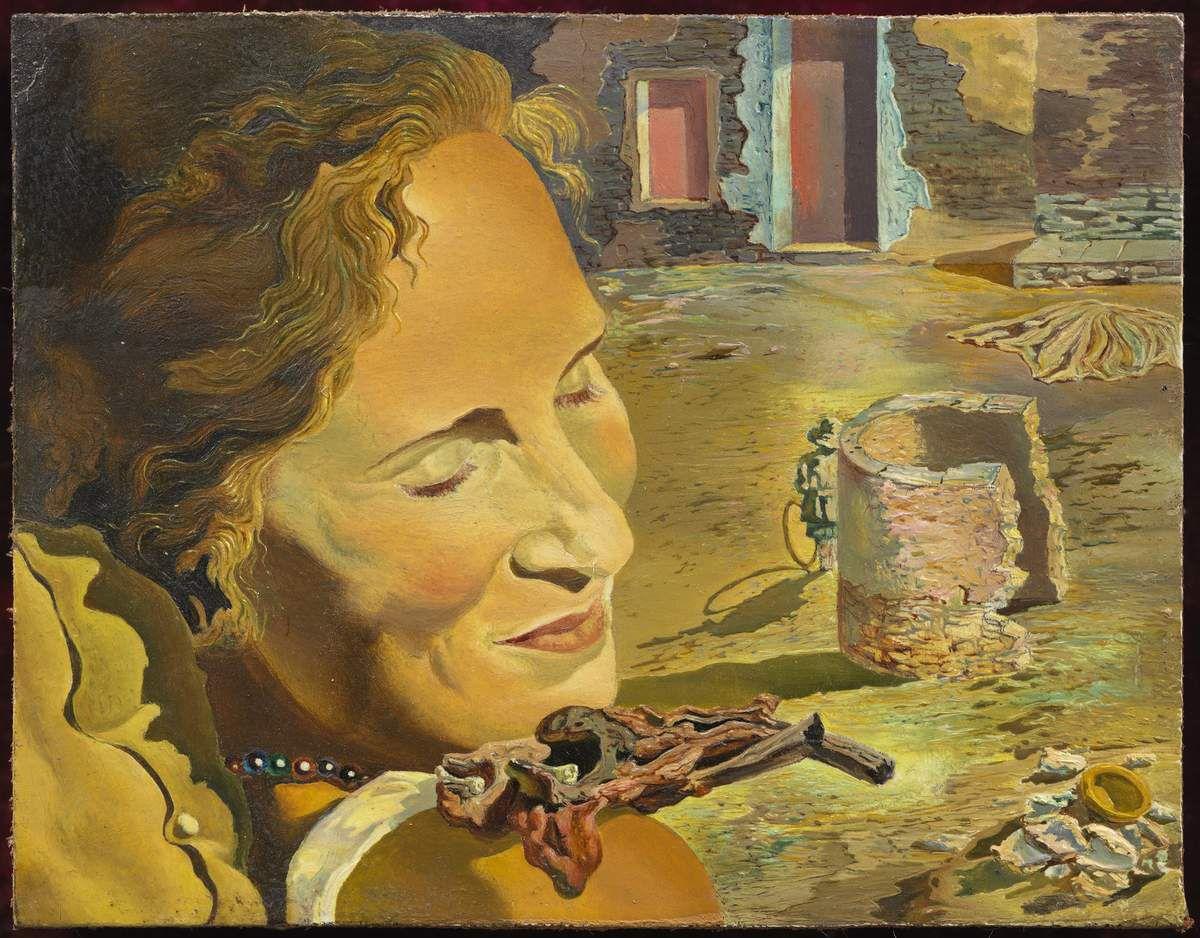 Salvador Dalí. Portrait de Gala portant deux côtelettes en équilibre sur son épaule, c. 1934. Fundació Gala- Salvador Dalí, Figueres. © Salvador Dalí, Fundació Gala-Salvador Dalí, VEGAP, Barcelona, 2018.