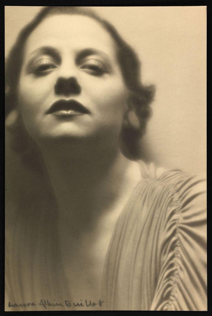 Laure Albin Guillot-Lucienne Boyer. Laure Albin Guillot Lucienne Boyer (1901-1983), chanteuse et comédienne Paris, vers 1930 18 x 24 cm © Laure Albin Guillot / Collections Roger-Viollet / BHVP