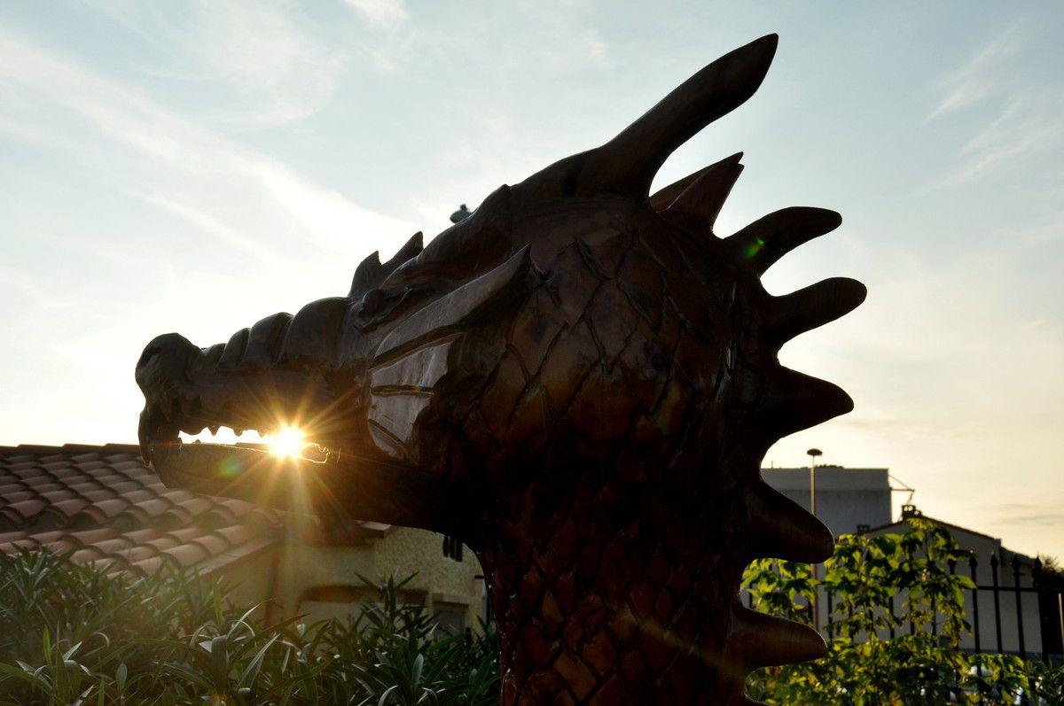 La sculpture à la tronçonneuse avec un dragon.
