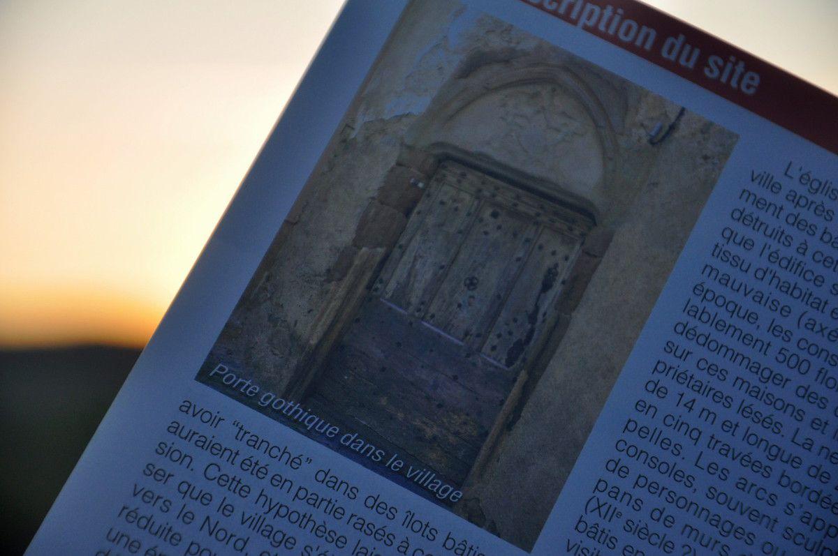 Logique de terminer la petite présentation par une porte gothique du village