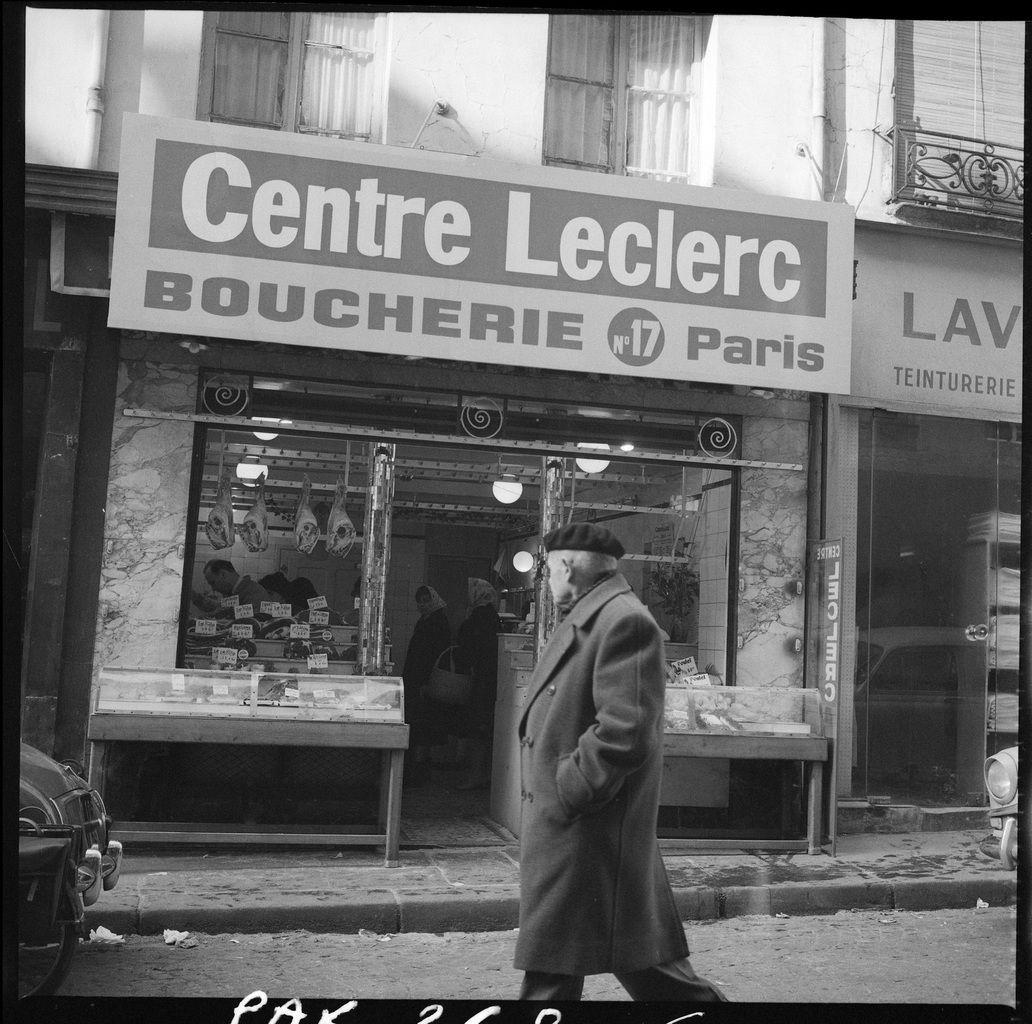 Passant devant une boucherie «Centre Leclerc», Paris, 1963.