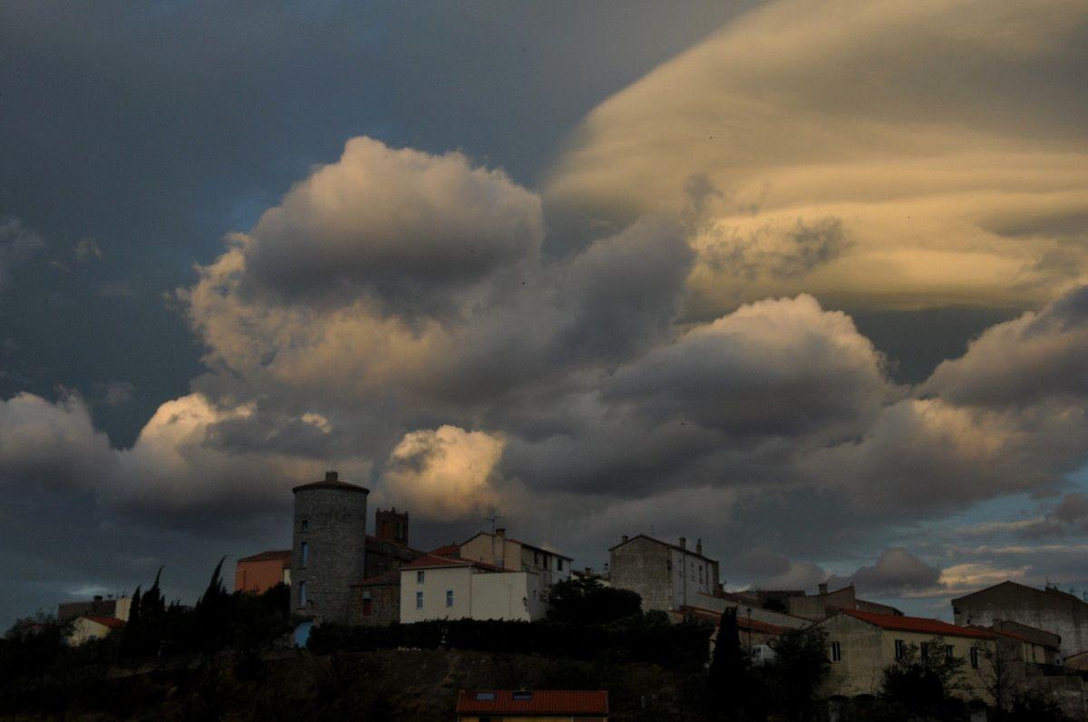Ce ciel ne donnera pas de pluie, mais de belles couleurs et de formes.