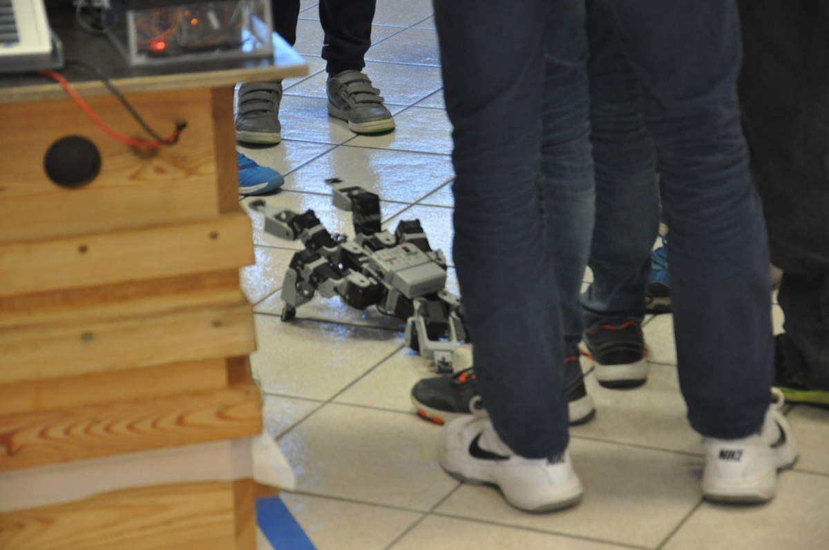 Le robot en démonstration devant un nombreux public.
