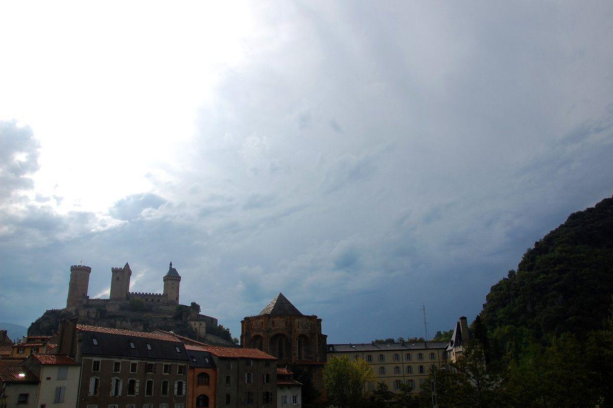 C'est cadeau avec un beau ciel à Foix.